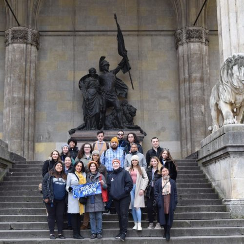 Students and professors stand on the steps of the Feldherrnhalle. The statue commemorating the Franco-Prussia War stands proudly behind them.